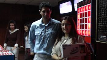 El bingo premio a sus participantes con grandes premios.