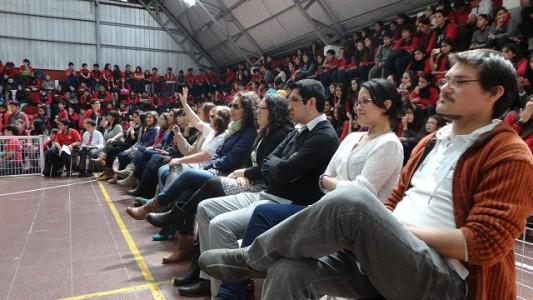 Los profesores de básica esperando la presentación de sus alumnos.