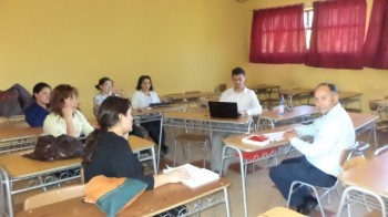 El gerente de Colegio Aconcagua reunido con un equipo de trabajo.