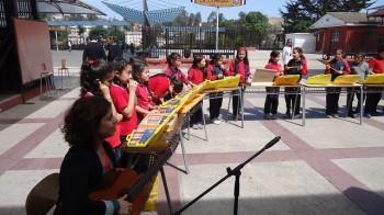 Miss Constanza Espinoza junto a sus pequeños músicos.