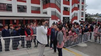 Miss Rocío haciendo preguntas de ortografía a los niños de básica.