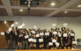 Los alumnos del Cuarto Medio Lancaster mostrando sus licencias.