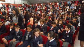 Los alumnos de los primeros ciclos en la previa a la premiación.