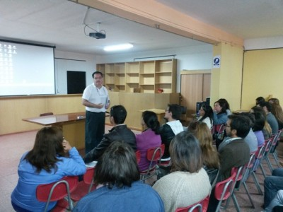 Míster Julio, rector de C. Aconcagua, dando charla a los docentes.