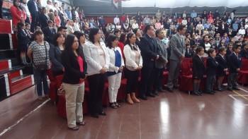 El rector junto algunos de los docentes y administrativos de nuestro colegio.