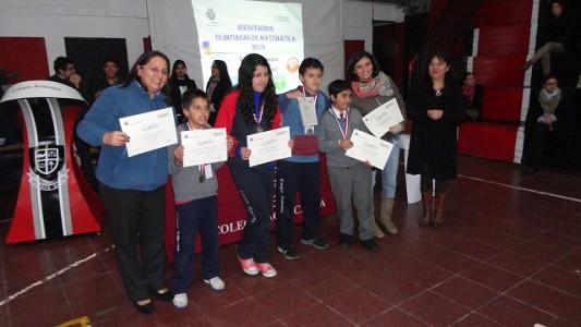 Miss Nelly Aravena, jefa del Dpto. de Matemáticas junto a los ganadores del año pasado.