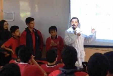 Míster Francisco y alumnos de séptimo explicando a primeros medios.