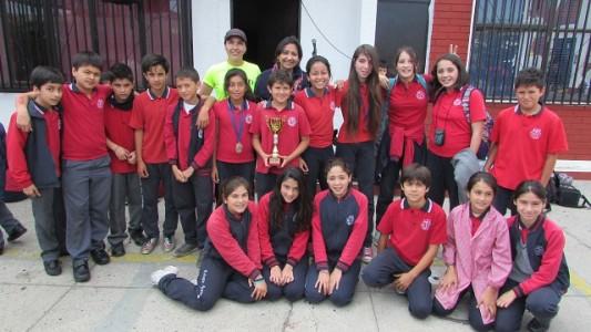 Miss Jessica y miss Mónica junto a los pequeños atletas.