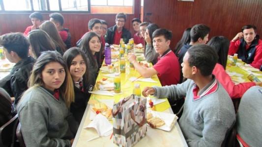 Los alumnos junto a sus compañeros en este desayuno masivo.