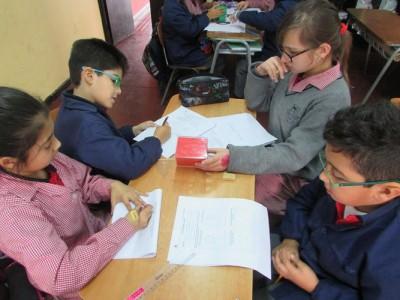 Alumnos de 4° básico en clases de geometría.