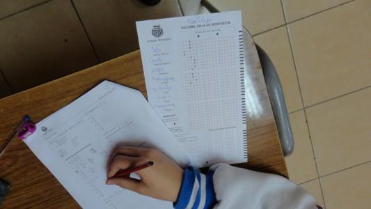 Alumno realizando ensayo prueba SIMCE.