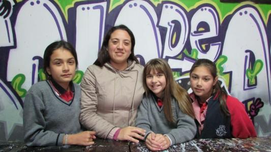 Miss Pamela Herrera, junto a alumnas en clase de artes.