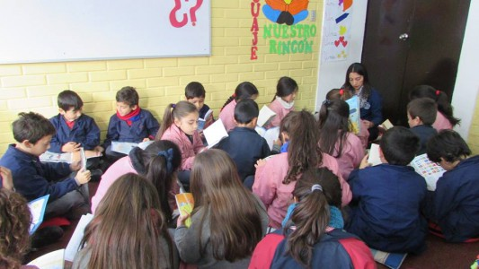"""Alumnos del Colegio Aconcagua realizando actividad de """"El Rincón Lector"""""""