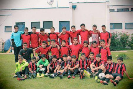Míster Juan José Tapia junto a la Escuela de Fútbol del Colegio Aconcagua.