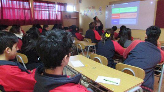 Alumnos de II° medio presenciando linducción dictada por colaboradores de Universidad Andrés Bello.