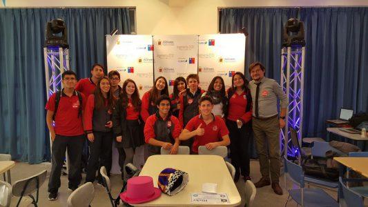 Míster Miguel Rocco (Director de Ciclo de 7° y 8° básico), junto a estudiantes del Colegio Aconcagua.