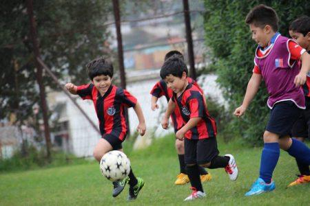 Alumnos del Colegio Aconcagua, disputando un encuentro de fútbol amistoso.