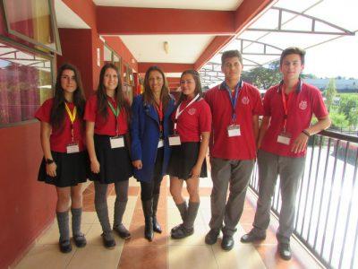 Miss Jhenny Rubilar (Directora de Ciclo de II° y III° medio), junto a alumnos de II° medio.