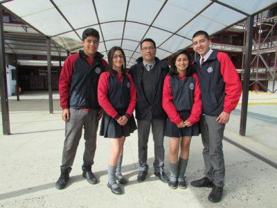 Míster Reinaldo Dominguez (Docente del Departamento de Lenguaje), junto a alumnos de I° medio.