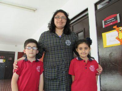 Miss Katherine Ramírez junto a pequeños de 1° básico.
