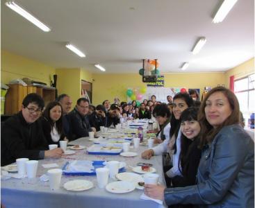 Cuerpo Docente disfrutando de un desayuno organizado por el Centro General de Alumnos.