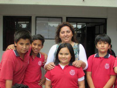 María Elena Cisternas (Presidenta del Centro General de Padres y Apoderados), junto a alumnos de nuestro Colegio.