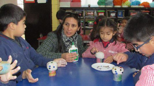 Miss Teresita Llanos (Directora de Ciclo de Infant), junto a alumnos de Kinder Oxford.