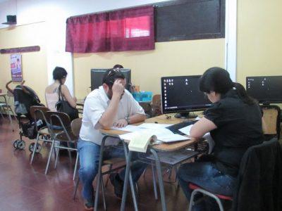Apoderados realizando matrícula de alumnos.