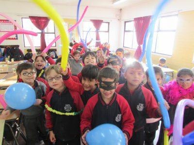 Alumnos en convivencia celebrando su último día de clases.